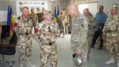 """COMANDANTUL COMANDAMENTULUI ÎNTRUNIT AL ISAF I-A VIZITAT PE """"ŞOIMII CARPAŢILOR"""" • Începutul lunii septembrie a fost marcat de vizita generalului-locotenent Joseph Anderson, comandantul comandamentului întrunit al Forţelor de Securitate Internaţională din Afganistan (IJC-ISAF Joint Command) şi a generalului-maior Michael Bills, comandantul Comandamentului Regional de Sud din Afganistan (RCS-Regional Command South). Theatres, Teatro"""