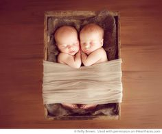 How to Put a Newborn To Sleep Before a Photo Session - iHeartFaces.com with Kelly Brown and Sue Bryce #photography