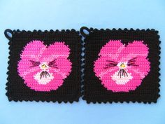 Potholder - Pansy Pansy - a designer product by Storchenlaedch . Potholders - Potholders Pansies - a unique product by Storchenlaedchen on DaWanda. Vintage Potholders, Crochet Potholders, Form Crochet, Knit Crochet, Crochet Patterns, Crochet Kitchen, Hot Pads, Pansies, Pot Holders