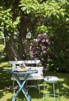 ℱᏫℛᏤᏘℒᏆᏋℛℬᏫℒℐᎶ ℐ ЅᏤᏋᏁЅᏦ ℒᏘᏁᎠЅᏆℐℒ: Den 1.000 m2 store have er et kapitel for sig. Haven byder på masser af hyggelige pladser under de gamle krogede frugttræer. Der er store blomstrende buske, remonterende engelske roser, som Marie holder meget af, og et langt staudebed, der er planlagt, så det næsten passer sig selv, takket være en kombination af storkenæb af forskellige sorter, sankthansurt, høstanemoner, løvefod og floks. De blomstrer på forskellige tidspunkter hele sommeren, så der hele…