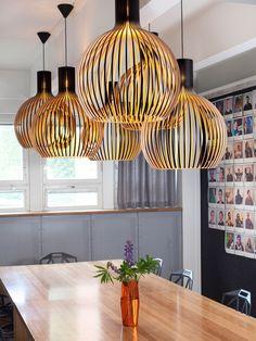 Die Hängeleuchte Octo 4240 von Secto Design orientiert sich in ihrer Gestalt de. Room Lights, Hanging Lights, Hanging Lamps, Modern Lighting, Lighting Design, Interior Design Living Room, Interior Decorating, Berlin Design, Wood Lamps