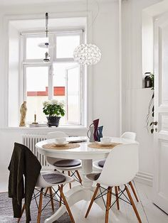 dining /// small space / eames / round vintage table / rattan details / all-white Kitchen Interior, Room Interior, Interior Design, Ikea Ingatorp, Ikea Dining Table, White Round Dining Table, Ikea Dinning Room, Ikea Round Table, Round Extendable Dining Table