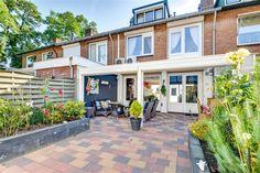 Te koop: Waalstraat 12, Apeldoorn - Hendriks Makelaardij. Ben je op zoek naar een ruime gezinswoning met een grote garage en heerlijke tuin? Kom dan eens kijken bij deze leuke hoekwoning! Het huis beschikt over een ruime woonkamer, open keuken en maar liefst 6 slaapkamers! Iedereen in het gezin heeft dus zijn eigen plek! De achtertuin is gunstig gelegen op de zon en heeft achterin een terras waar je in de zomer lekker kunt barbecuen!
