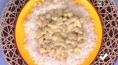 pollo alle mele e curry. Di seguito ingredienti e procedimento. Abbiamo sciacquato il riso e l'abbiamo lessato per 10 -12 minuti. Abbiamo tagliato il petto di pollo a cubetti e l'abbiamo passato nella farina. Abbiamo rosolato il pollo con un po' d'olio e burro e la mezza cipolla. Abbiamo sfumato con il latte di cocco. Abbiamo aggiunto un cucchiaino di curry o curcuma e abbiamo salato. Abbiamo tagliato a pezzettini la mela e l'abbiamo unita al pollo. Abbiam servito il pollo su un letto di…
