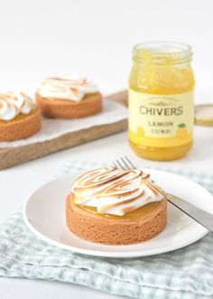 Lemon-meringue sloffentaartjes (Laura's Bakery) Healthy Dessert Recipes, Sweets Recipes, Baking Recipes, Desserts, Pie Recipes, Mini Cakes, Cupcake Cakes, Cupcakes, Lemond Curd