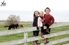 three siblings on the fence at the farm for family pictures Country Family Photos, Outdoor Family Pictures, Summer Family Pictures, Family Christmas Pictures, Fall Family Photos, Family Pics, Xmas Pics, Christmas Pics, Outdoor Photos