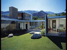 The Kaufmann House in Palm Springs, California. Completed between Richard Neutra-architect Richard Neutra, Palm Springs Kalifornien, Residential Architecture, Architecture Design, Spanish Architecture, Indian Architecture, Japanese Architecture, Desert House, Desert Dream