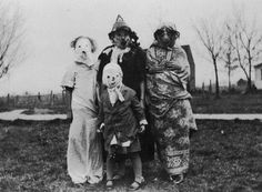 25 Creepy Vintage Halloween Costumes that Will Give You Nightmares Retro Halloween, Vintage Halloween Photos, Creepy Halloween, Halloween Costumes, Vintage Photos, Coraline, Paranormal Pictures, Creepy Vintage, Vintage Stuff