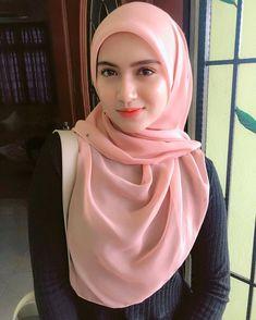 Pin Image by Hijabi Smart Beautiful Hijab Girl, Beautiful Muslim Women, Hijabi Girl, Girl Hijab, Arab Girls, Muslim Girls, Modern Hijab Fashion, Muslim Fashion, Belle Nana