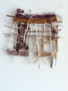 Inspired by nature: Lynn Holland : tressage Weaving Textiles, Weaving Art, Tapestry Weaving, Loom Weaving, Textile Fiber Art, Textile Artists, Design Textile, Creation Art, Nature Crafts