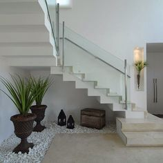 20 Ideas to Decorate Around Your Stairs with Pebbles and Plants Home Stairs Design, Interior Stairs, Modern House Design, Interior Design Living Room, Jardin Zen Interior, Interior Garden, Modern Stair Railing, Modern Stairs, Flur Design