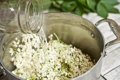 Wanting to make elderflower syrup - must head out and pick some Homemade Ginger Ale, Wild Edibles, Simply Recipes, Fruit Punch, Elderflower, Slow Food, Mixed Drinks, How To Make Cake, Food Porn