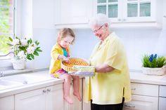 Kochen mit Kindern - Sind Kinder mit in der Küche dabei, dann müssen viele Dinge gleichzeitig beachtet werden. Um Eltern, Großeltern, Tagesmüttern und Erziehern eine kleine Übersicht zu verschaffen, ist mithilfe der Fernsehköche Ole Plogstedt und Nils Egtermeyer, sowie der Besitzerin des Kindercafé Hamburg-Ottensen und der zweifachen Mutter Sabrina Sailer ein kostenloser Ratgeber entstanden.