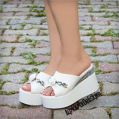 Çalka Beyaz Çiçekli Dolgu Topuk Terlik #terlik Wedge Heels, Shoes Heels, Jamel, Loafers For Women, Summer Shoes, Womens Flats, Casual Shoes, Fashion Shoes, Peep Toe