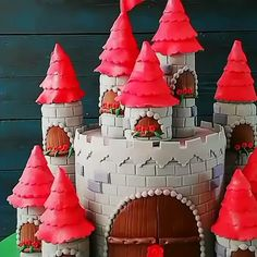 Castle Cake Castle Cake Credit: can find Castle cakes and more on our website. Cake Decorating Videos, Cake Decorating Techniques, Cookie Decorating, Bolo Fondant, Fondant Cakes, Fancy Cakes, Cute Cakes, Food Cakes, Beautiful Cakes