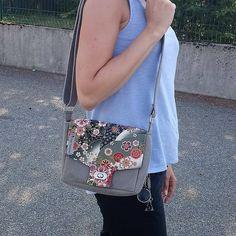 Karine.m sur Instagram: Un petit sac pour une grande amie qui a été présente au moment le plus difficile et triste de ma vie. Un Menuet avec un tissu fleuri venu…