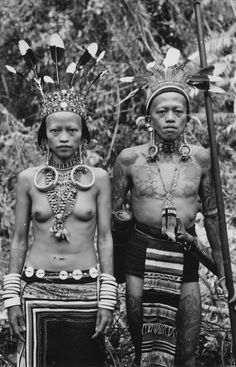 Borneo is the largest island in the world. The indegenous tribes are called Dayaks. There are over 250 tribes of Dayaks in Borneo. Anthropologie, Costume Ethnique, Tattoo Museum, Bali, Henna, Types Of Hats, Dutch East Indies, Tribal Art, World Cultures