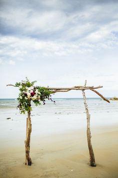 06 driftwood arch with floral corner decor - Weddingomania
