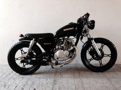 Suzuki GN 125 Estilo Cafe Racer, Cafe Racer Style, Moto Custom, Custom Bikes, Bobber Bikes, Bobber Motorcycle, Suzuki Gn 125, Suzuki Cafe Racer, Cafe Racing