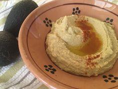 Kikherneistä ja avokadosta syntyy kädenkäänteessä herkullinen hummus, joka käy hyvin myös vegaaneille. Hummus, Ethnic Recipes, Food, Essen, Meals, Yemek, Eten
