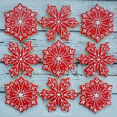 """249 Likes, 5 Comments - Andrea Jensen (@frostmebeautiful) on Instagram: """"I love these red and white snowflakes. I never get tired of icing them! Tip: I use my scribe to…"""""""
