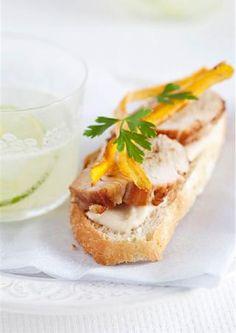 Solomillo de cerdo a la miel con puré de alubias y crujiente de boniato