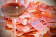 Son dos de los manjares más exquisitos. El vino, por un lado, y los embutidos que combinan con todo y ambos ofrecen sabores en maridajes muy especiales. A grandes rasgos, los embutidos, que son ...