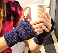 Scalloped Fingerless Gloves - Free crochet pattern by Melinda Abodeely. Worsted weight, 5.5mm hook. S,M,L.