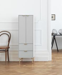 IKEA hack : comment customiser une cuisine IKEA ? - Frenchy Fancy Hall Furniture, Royal Furniture, Furniture Handles, Furniture Logo, Diy Furniture Plans, Ikea Furniture, Furniture Sale, Discount Furniture, Online Furniture