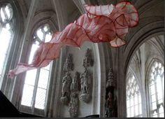 L'esposizione delle sculture di carta nella chiesa abbaziale di Saint Riquier, vicino a Abbeyville, Somme, Francia settentrionale.    Si tratta delle opere di Peter Genternaar