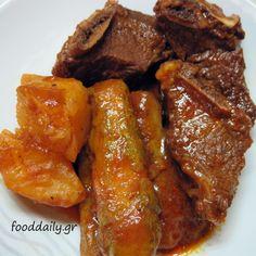 Μοσχάρι με κολοκύθια και πατάτες - Beef stew with potatoes and zucchini Greek style.