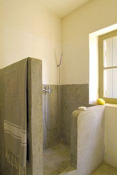 Betonlook douchruimte. Leuke tip om budget te besparen: de betonstuc / tadelakt / /betoncire niet tot bovenaan de wand pleisteren, maar daar de gewoon de glad gepleisterde wand laten of maken en af werken met buitenlatex. Grtz Molitli Interieurmakers ;-)))