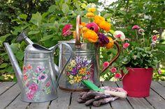 Over het algemeen zijn gieters nogal saai en gewoontjes.. http://www.tuinieren.nl/tuinnieuws/zelf-maken/vrolijke-gieter.html.
