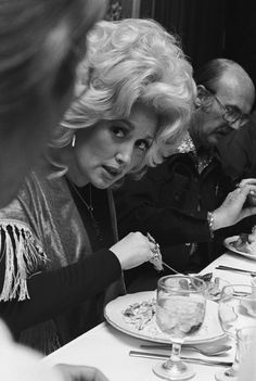 Dolly Parton eating at a publicity event in Oakland in 1977.