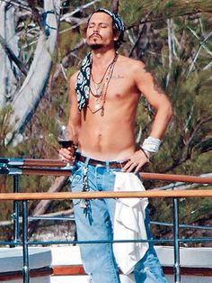 Johnny Depp Gym Workout routine not only keeps him fit but also makes his attractive. Johnny depp has a lean and sexy appearance. Johnny Depp, Here's Johnny, Johnny Cash, Look Cool, Cool Style, My Style, Pretty People, Beautiful People, Actrices Sexy
