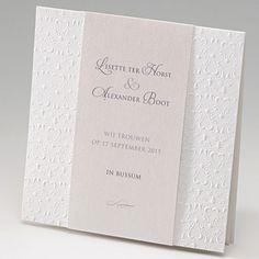 Trouwkaart van luxe papier met relief en metallic inlegvel