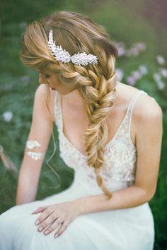 Acconciatura da sposa con treccia laterale per capelli lunghi con fermaglio prezioso