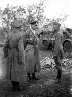 General Friedrich Paulus der Panzertruppe (Oberbefehlshaber 6.Armee) discussions with two Sturm-Artillerie commanders who are under his command. On the left is Major Paul Gloger (Kommandeur Sturmgeschütz-Abteilung 244), while on the right is Major Hans Zielesch (Kommandeur Sturmgeschütz-Abteilung 245). This photo was taken in the 21st or October 22, 1942 when the final plans were made to attack Factory krásný Oktyabr by 79.Infanterie-Division will be done the next day (October 23, 1942)