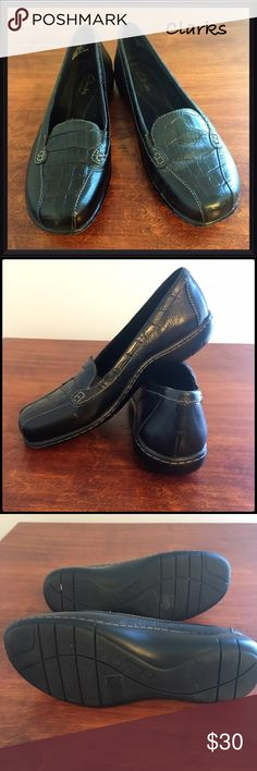 Clarks Bendables Loafer Alligator Textured Sz 6 Black Leather Clarks Bendable Loafers.  These shoes are known for comfort insoles and  rubber soles.  Great style accented with the center embossed in alligator texture.  Excellent condition.  Size 6 Clarks Shoes Flats & Loafers