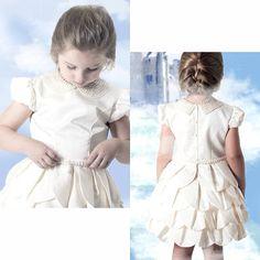 Uma pérola da coleção de Verão ; vestido de pétalas em tafetá , cinto e gola de pérolas 🙏💎💍💙 #miobebe #colecaoverao2015 #pérolas #modainfantil #vestidodeluxo #vestidodetafeta #modainfantilfesta #festainfantil #instakids #luxo #princesa