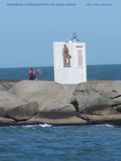 Monumento a Artigas em Punta del Diablo, Uruguai. O monumento com um farol reproduz também a carta de Artigas para Bolívar. Fica numa ponta de pedras que avançam pelo mar. Foto : Cida Werneck