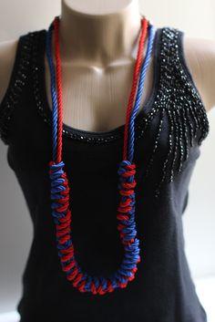 Colar com cordões trançados em duas cores, vermelho e azul royal com fechamento em corrente em ouro envelhecido. <br>Comprimento 46cm. Para comprar acesse: www.elo7.com.br/galeria138   www.galeria138.com.br
