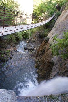 Puente colgante de los Cahorros, sobre el río Monachil, a unos 8 kilómetros de Granada ciudad. (vía flickr)