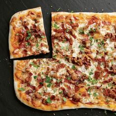 Pizza au bacon, saucisse et pepperoni Pita Kebab, Pizza Au Bacon, Naan, Pizza Recipes, Vegetable Pizza, Food Inspiration, Food Photography, Sandwiches, Brunch