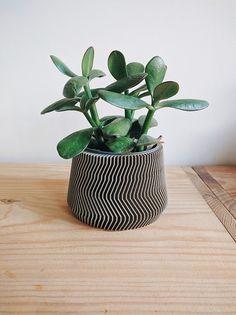 Cache pot en bois géométrique par Minimum Design #DifferenceMakeUs #Container #CachePot #Wood #Bois #Graphic #Minimal #UrbanJungle #BlackAndWhite #NoirEtBlanc @etsy