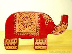 Tirelire en cuir éléphant rouge décoré - Motifs ethniques - Artisanat équitable.