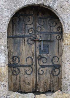 Pentures du vantail Eglise du cimetière Lesquerde 66220 Porte Cochere, Old Doors, Windows And Doors, Medieval Door, Porche, Doorway, Wood And Metal, Stairways, Architecture
