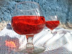 Fotografía: de Punto dominante: la primera copa subdominante: la segunda copa  subordinado: la tela y el fondo