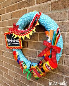 back to school classroom Schnes fr den Eingang Mehr Teacher Wreaths, School Wreaths, Diy Gifts For Kids, Diy For Kids, Crafts For Kids, Wood Crafts, Diy And Crafts, Diy 2019, Decoration Entree