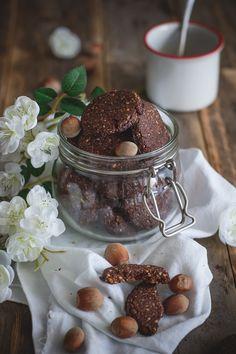 Biscotti vegan con olio d'oliva, nocciole e cioccolato